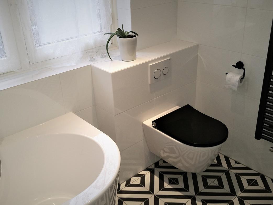 Moderne eigentijdse badkamer met bad én open douche badkamers