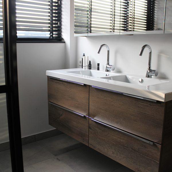 Betonlook badkamer met zwarte details – Rosmalen